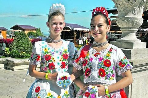 Мадьярские девушки в национальных костюмах